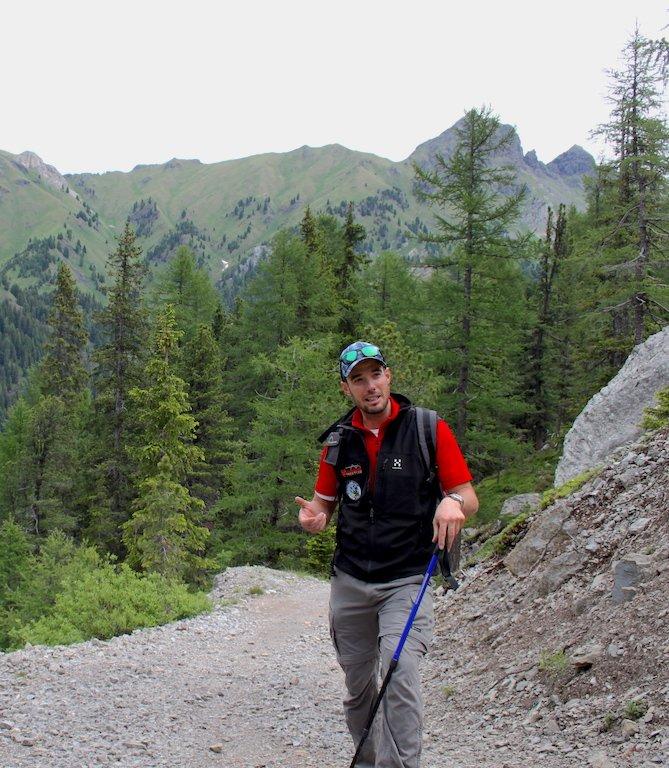 Dino, la nostra guida, si ferma lungo il sentiero per spiegarci l'origine delle Dolomiti