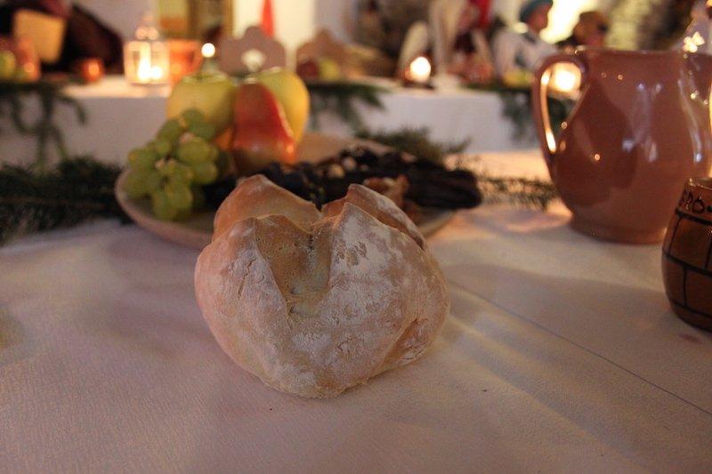 La frutta sul tavolo annuncia l'inizio della cena