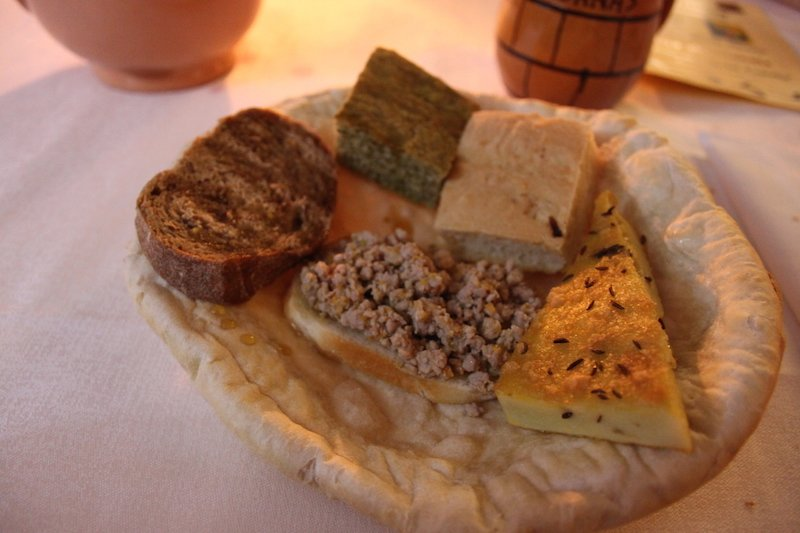 sopra un piatto di pane secco ecco che arriva in tavolo il secondo servizio