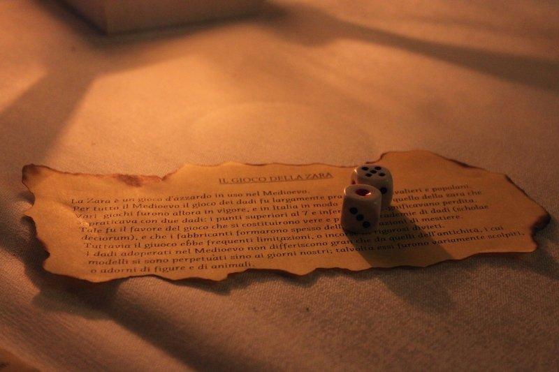 istruzioni per giocare al gioco della zara, un antico gioco medievale che i commensali erano soliti fare nei momenti di attesa tra una portata e l'altra