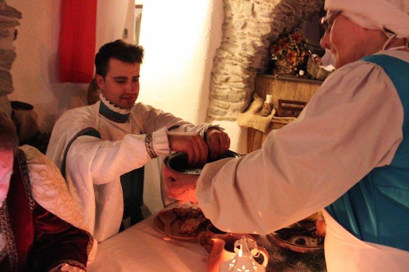 La cameriera porge il catino al commensale perché ci si lavi le mani