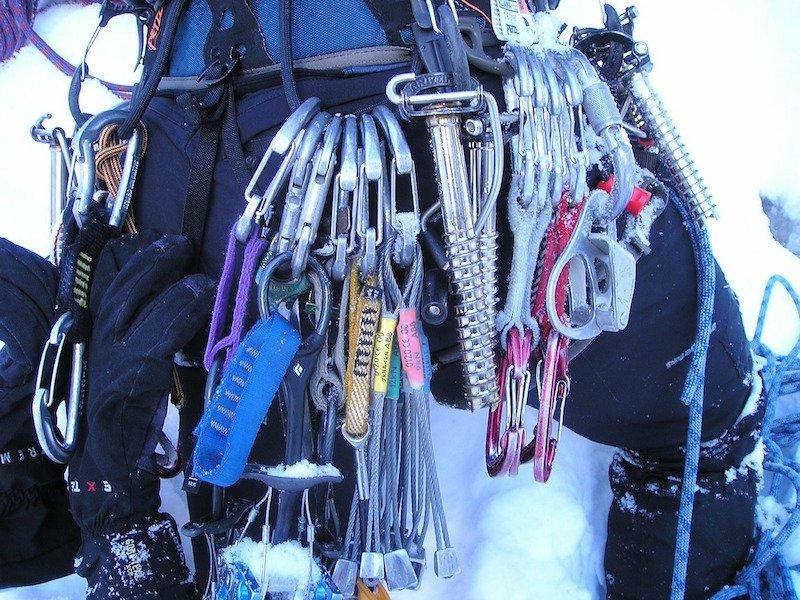 moschettoni e equipaggiamento vario per alpinisti