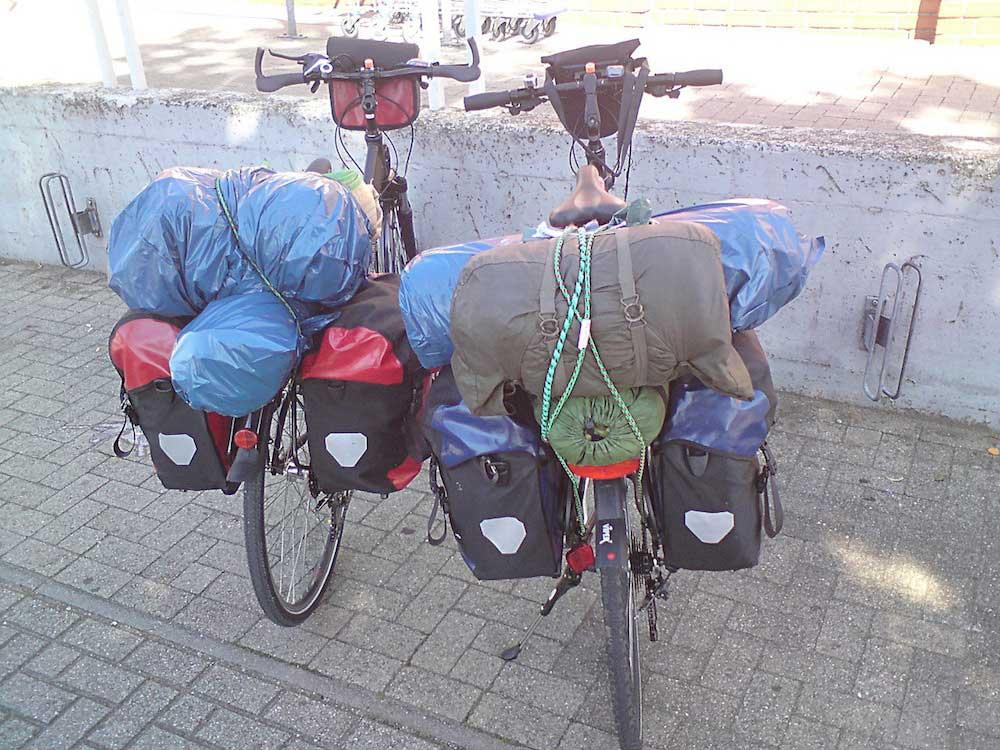 due biciclette cariche di bagagli