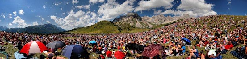 Una platea di gente ascolta la voce Francesco de Gregori a Fulciade tra le Dolomiti