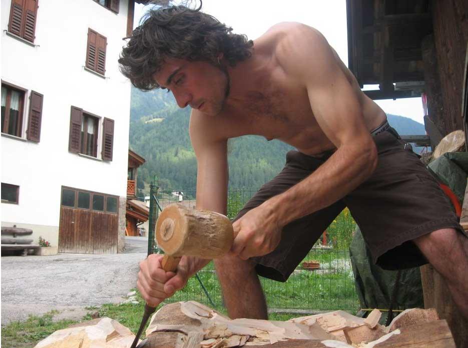 giacomo-valorz-scultore-del-legno-all'opera