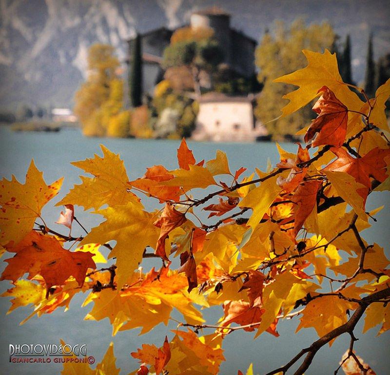 lago di toblino in autunno