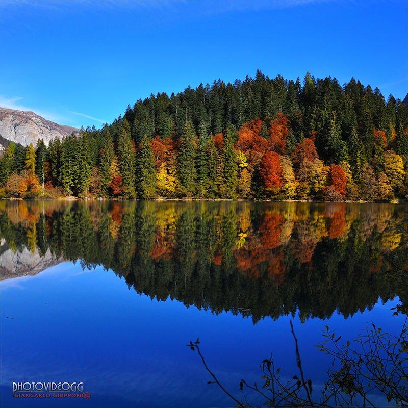 lago di tovel in autunno