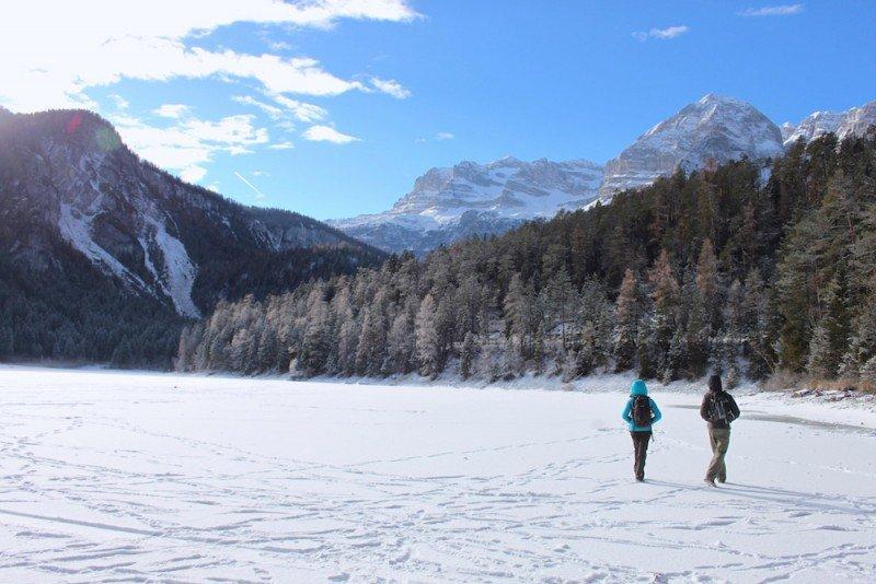 passeggiata sul lago di tovel ghiacciato in inverno