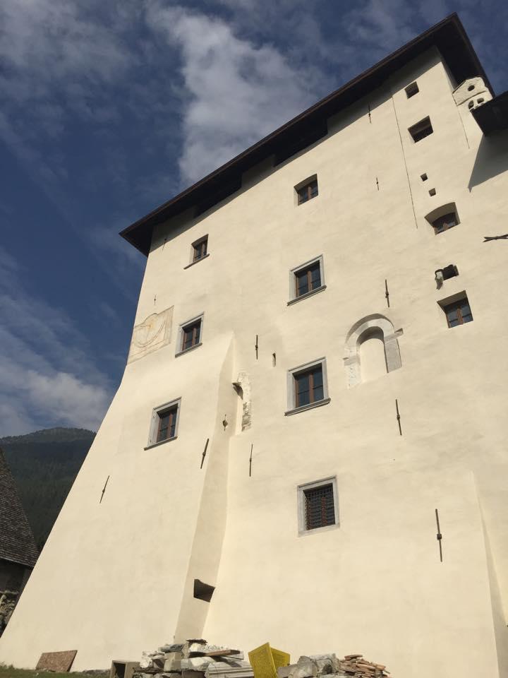 Rappresenta la facciata del castello