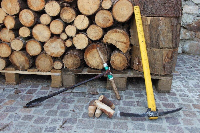 piccone, trivello e tappi di legno, tre strumenti indispensabile per il Largaiòl per iniziare l'estrazione della trementina dal larice