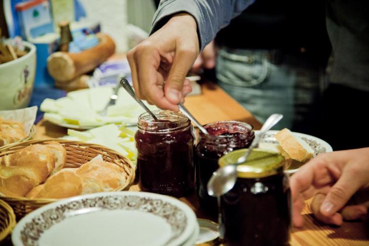 alla colazione in malga non mancano mai prodotti come latte, formaggio burro, marmellate, pane ma anche salumi