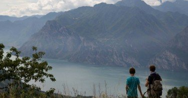 ammirando il lago sul sentiero della cammina grestana in val di gresta