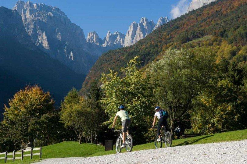 dolomiti brenta bike itinerario: siamo nei pressi del Lago di Molveno