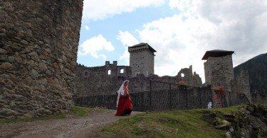 Le dame si avvicinano al castello