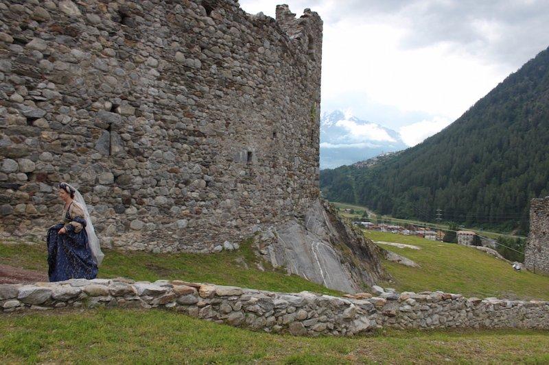 Possenti le mura del Castello di Ossana, Castel San Michele, una dama si affretta a raggiungere il suo cavaliere
