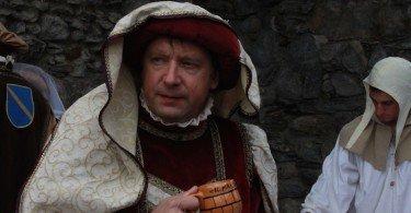 Un conte sorseggia l'aperitivo del brindisi al castello
