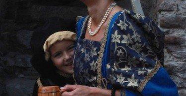 Una splendida dama sorride abbracciando il suo bambino