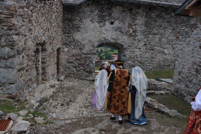 Dame e cavalieri prendono parte alla sfilata per raggiungere il banchetto