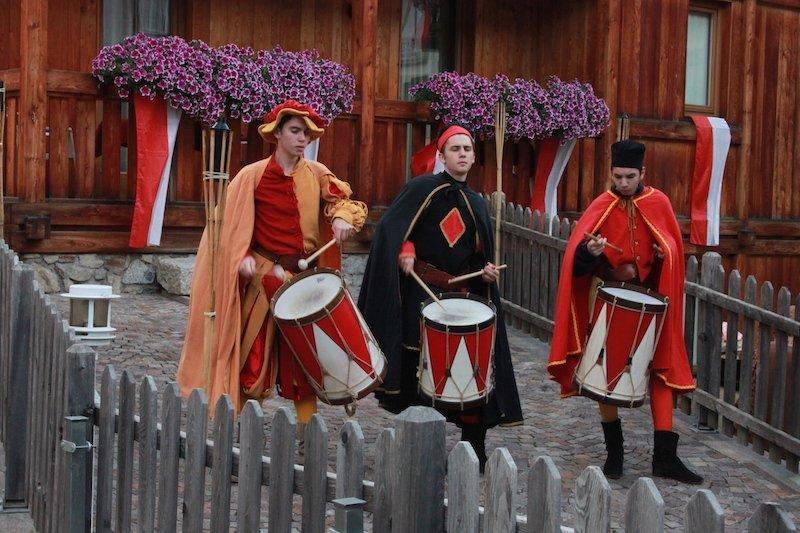 Tre figuranti fanno rullare i tamburi al nostro arrivo al ristorante