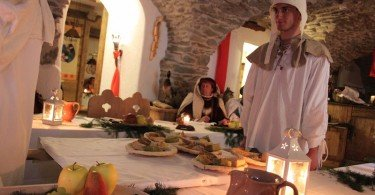 I servi portano i piatti del secondo servizio munendosi di un originale trasportino di legno sul quale sono caricati i piatti