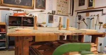 Il laboratorio di Giacomo Valorz scultore del legno