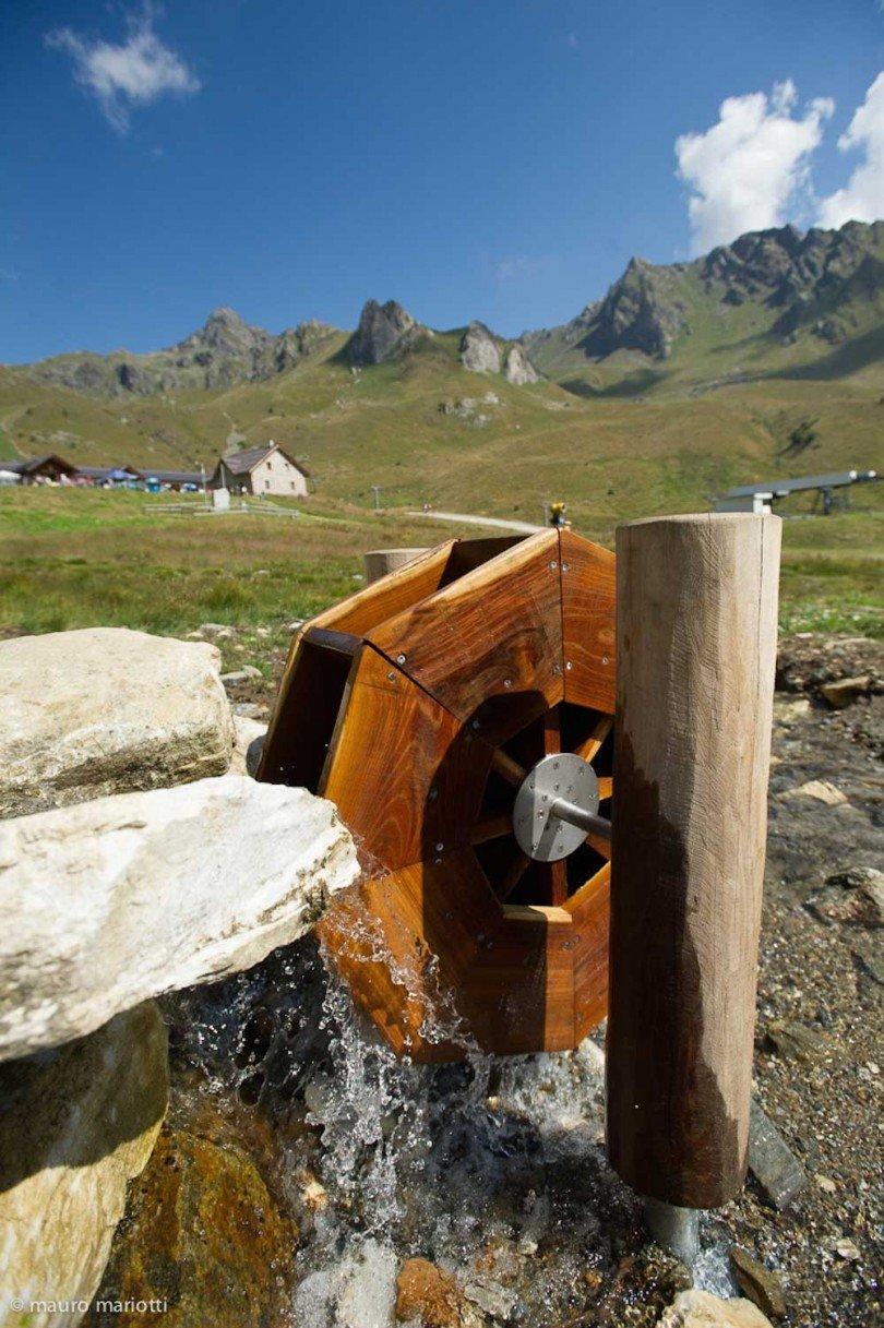 una fedele riproduzione di un piccolo mulino ad acqua per far divertire i bambini