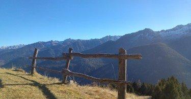 all'orizzonte montagne e cielo