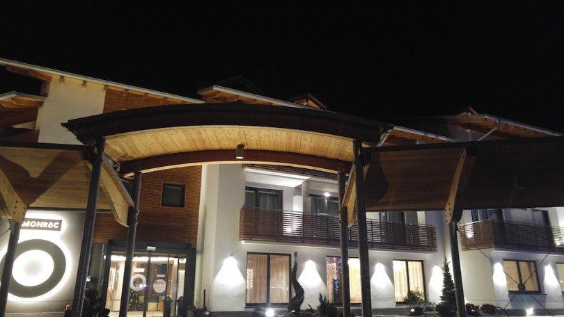 esterno-serale-hotel-monroc-val-di-sole