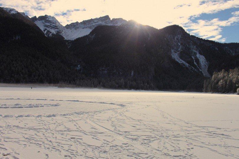 lago di tovel ghiacciato in val di non
