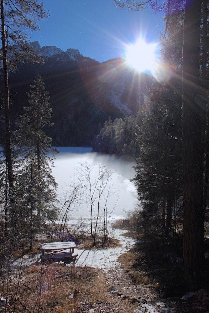 scorcio dal sentiero sul lago di Tovel ghiacciato