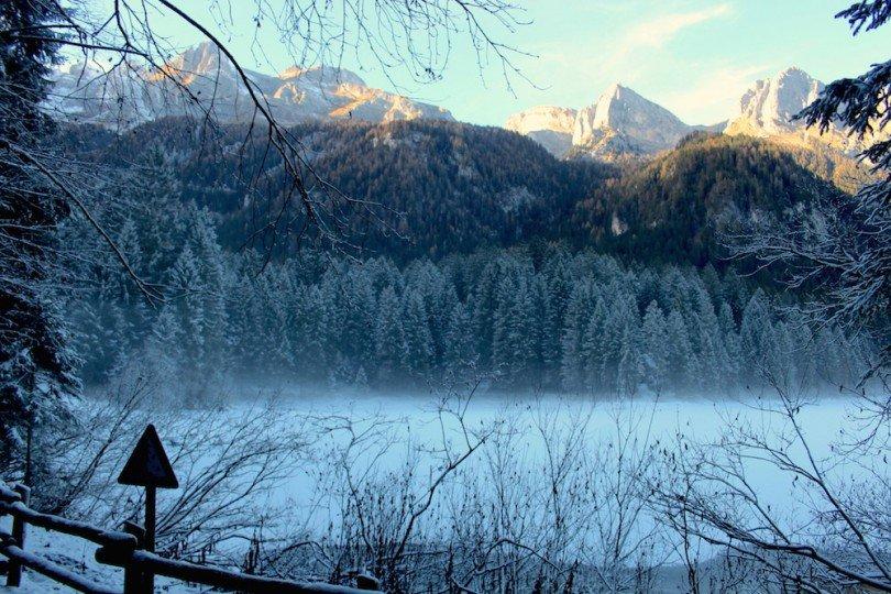 vista delle montagne che circondano il lago di Tovel