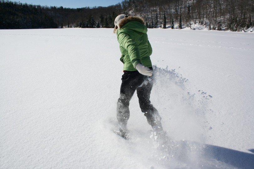 ciaspolare nella neve fresca